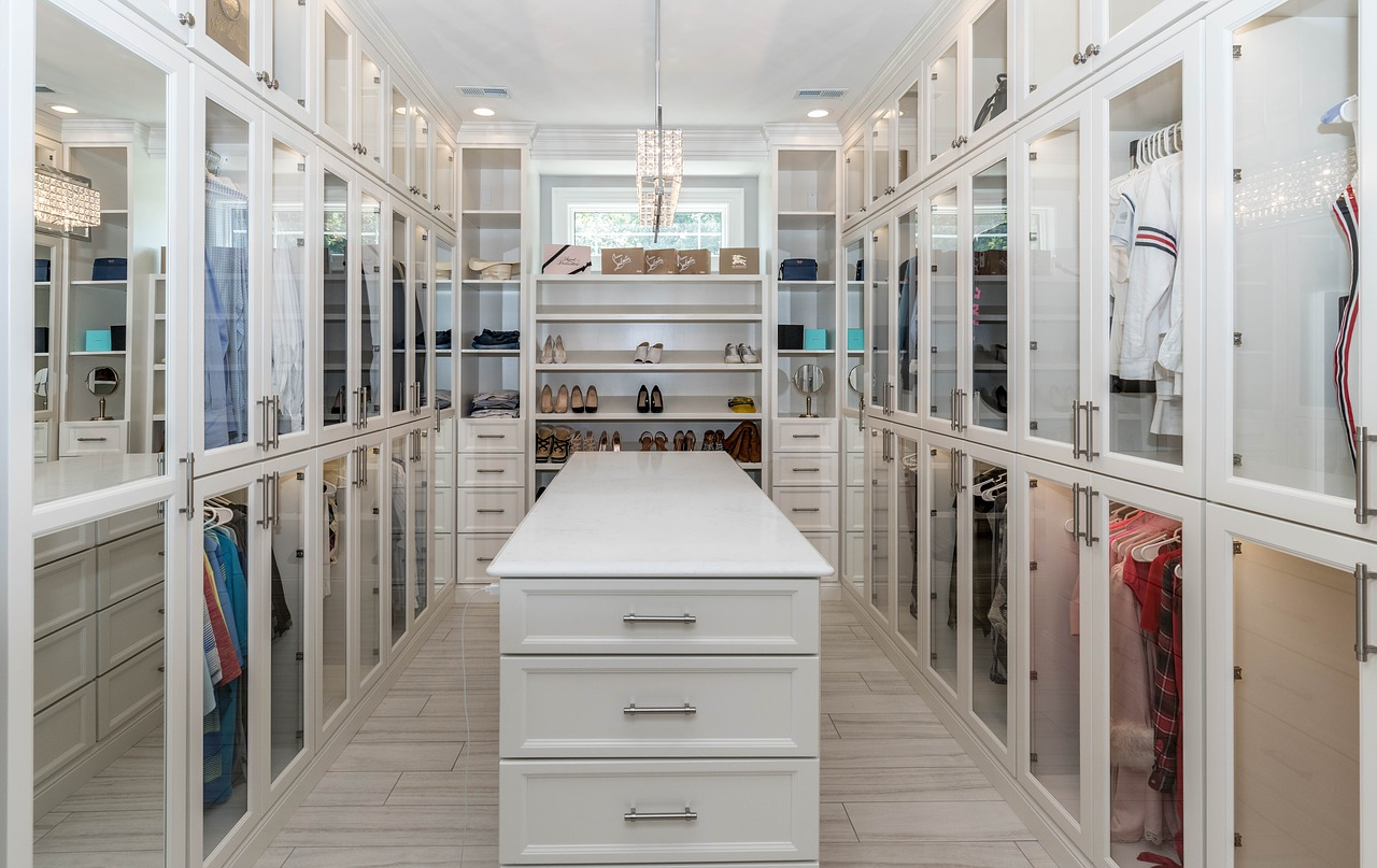 A walk in closet with mirrors